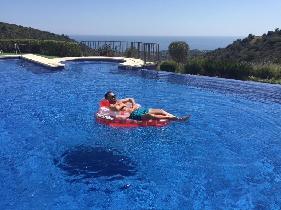 Mathias verbringt seine Freizeit gerne im Pool eines Apartments an der Costa del Sol