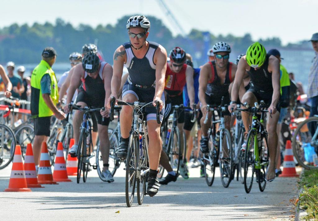 Nach dem Schwimmen geht es beim Triathlon direkt aufs Rad