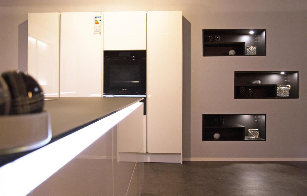 Die Ballerina Küche mit Lichteffekten ist der Hingucker der aktuellen Ausstellung