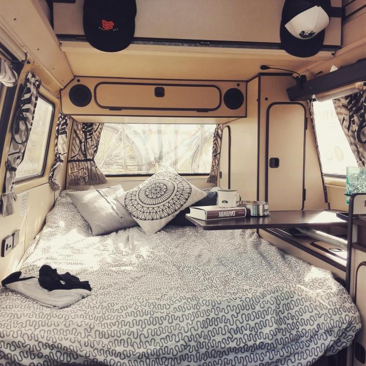 Das Interior von Katis Van ist klassischer 80er-Jahre-Schick. Aber mit modernen Kissen und Deko hat sie ihm einen ganz besonderen Charme verliehen
