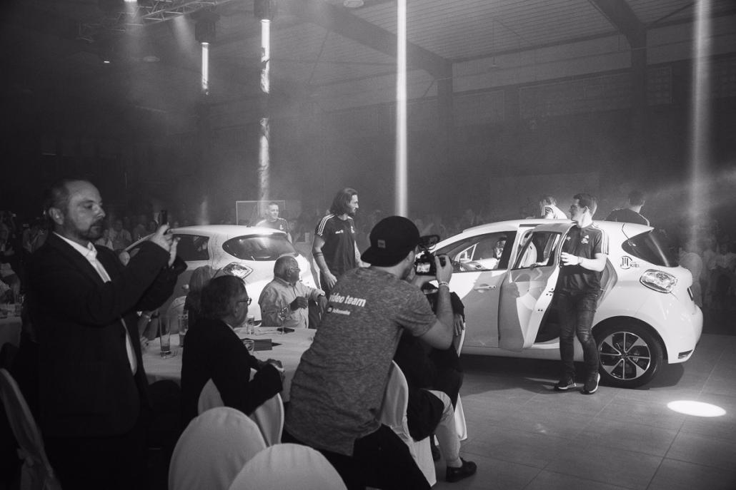 Ankunft der THW-Spieler in den neuen THW-Autos der Süverkrüp-Gruppe