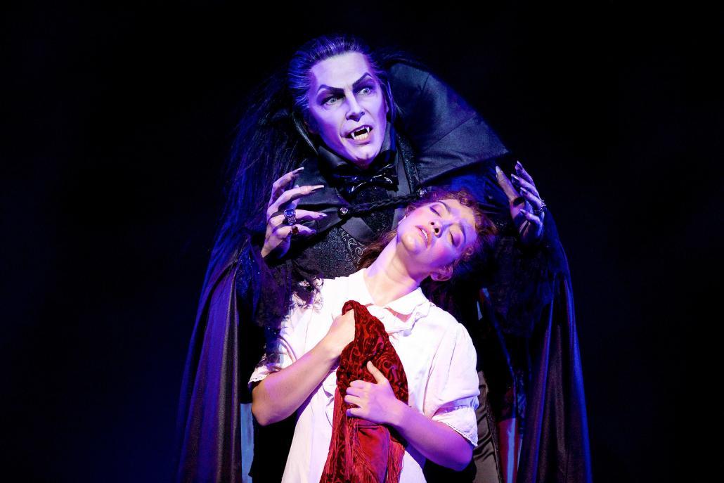 Noch bis zum 28. Januar 2018 ist das erfolgreiche Musical Tanz der Vampire im Stage Theater an der Elbe zu sehen