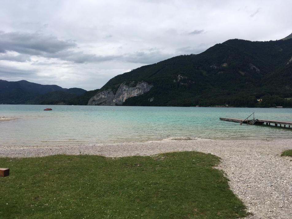 Am Wolfgangsee in Österreich gibt es Stellplätze direkt am türkisfarbenen Wasser