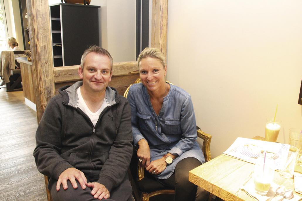 Redakteur Markus Till und Kirsten Bruhn kamen in einem Neumünsteraner Café zum Gespräch zusammen
