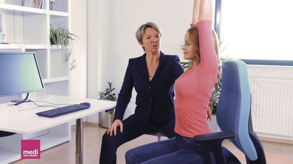 Drei Übungen gegen Rückenschmerzen, die sich leicht im Büro umsetzen lassen
