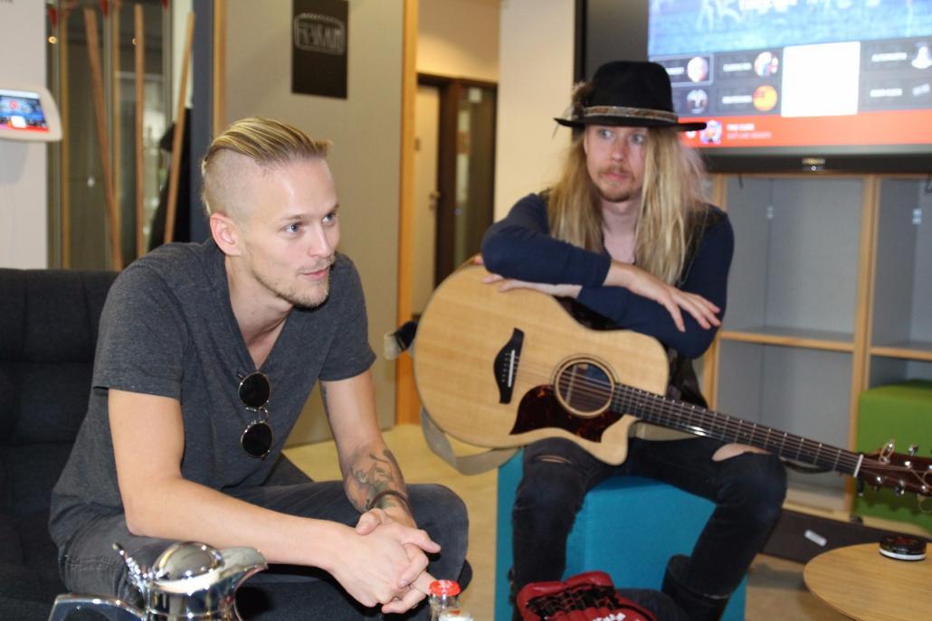 Erik Grönwall (li.) und Sky Davis von H.E.A.T im Interview
