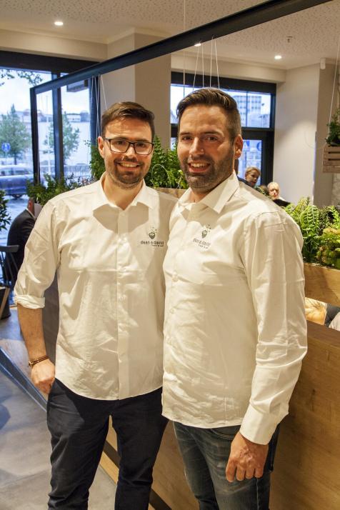 Leiten gemeinsam das neue dean&david in Kiel: Moritz Marquardt und Lars Lenßen (v. li.)