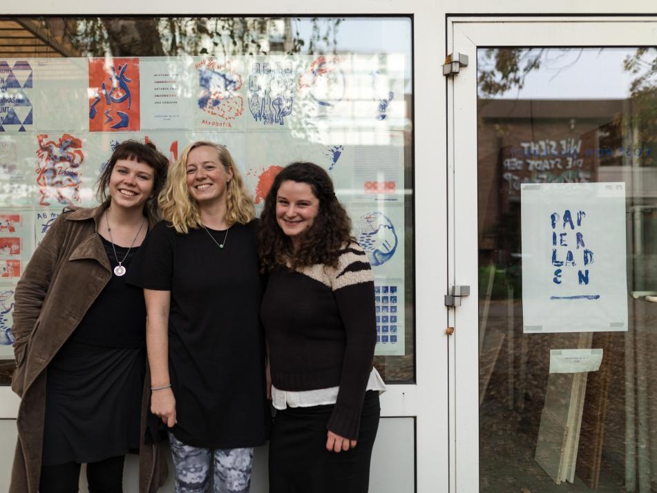"""Katja Reimers, Malwe Brammsen und Nora Grunwald (v.l.) eröffnen den """"Papierladen"""" in der Alten Mu"""