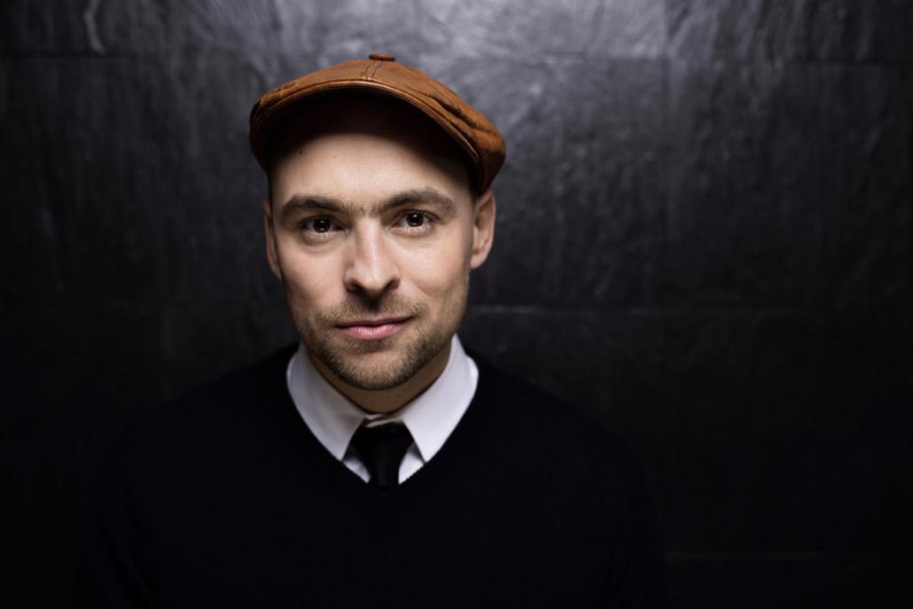 Sänger Max Mutzke spielt mit klassischer Begleitung im Kieler Schloss