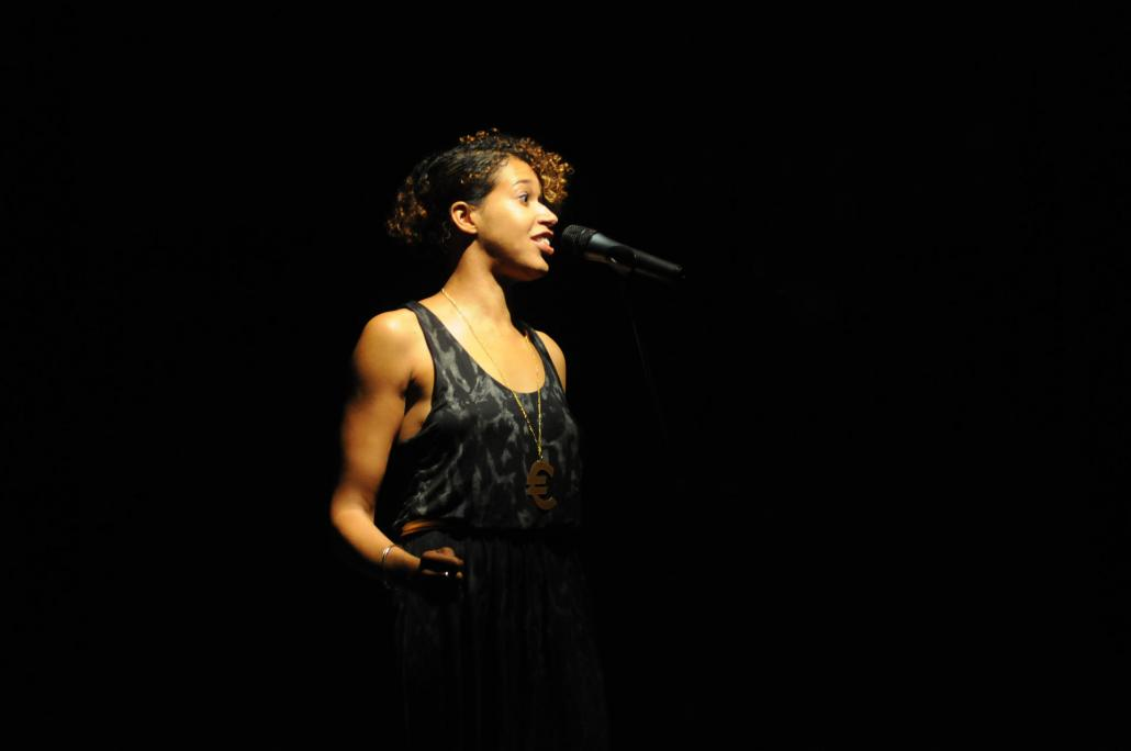 Die britische Wortkünstlerin Paula Varjack verzaubert das Publikum mit ihrer Performance