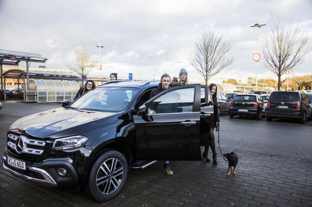 Auch die KIELerleben-Redaktion wollte die neue Mercedes-Benz X-Klasse unbedingt einmal ausprobieren. Deshalb haben sich Lisa, Britt, Bastian, Gesa und Kim (v. li.) kurzerhand den Pickup vom Autohaus Süverkrüp für ein ausgiebiges Xmas-Shopping im CITTI-PARK ausgeliehen