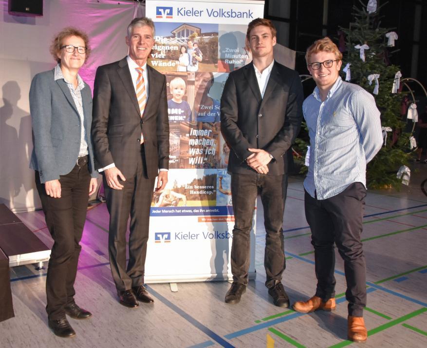 Ilka Parchmann, Bernd Schmidt, Rune Dahmke und Justus Schmidt (v.l.) bei der Vergabe des Stipendiums auf der Weihnachtsgala 2017