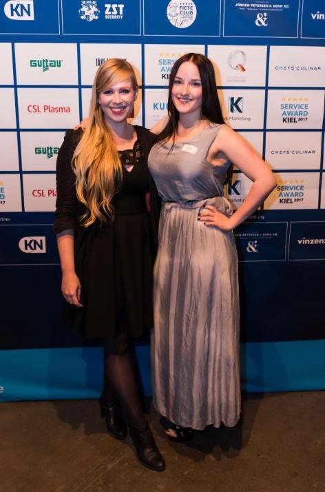 Förde Fräulein Finja (li.) und Redakteurin Kim Hase von KIELerleben ließen sich das besondere Event nicht entgehen