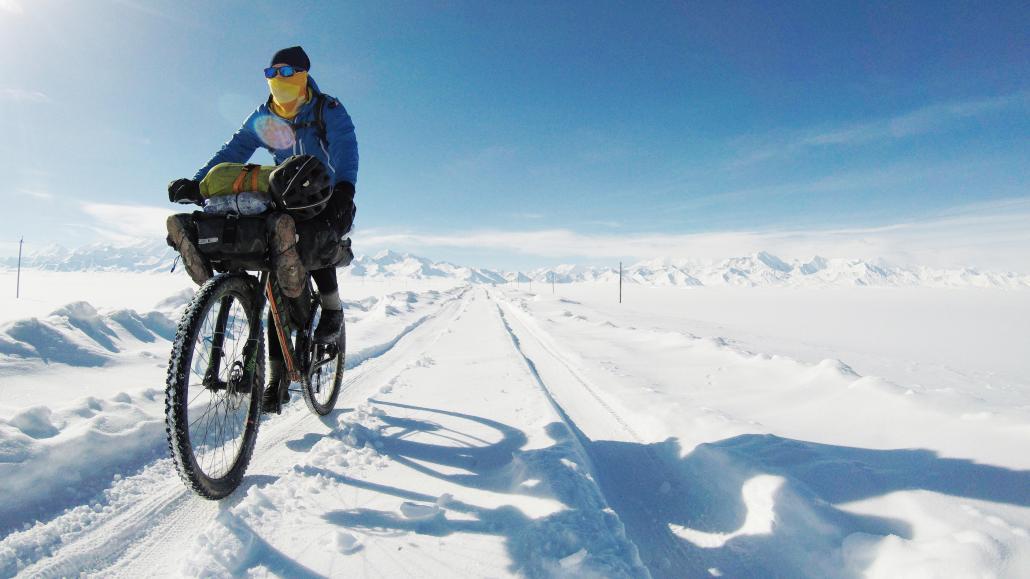 Anna Kitlar erlebte auf ihrer Reise extreme Wetterbedingungen. Hier ist sie im Schnee Kirgisistans unterwegs