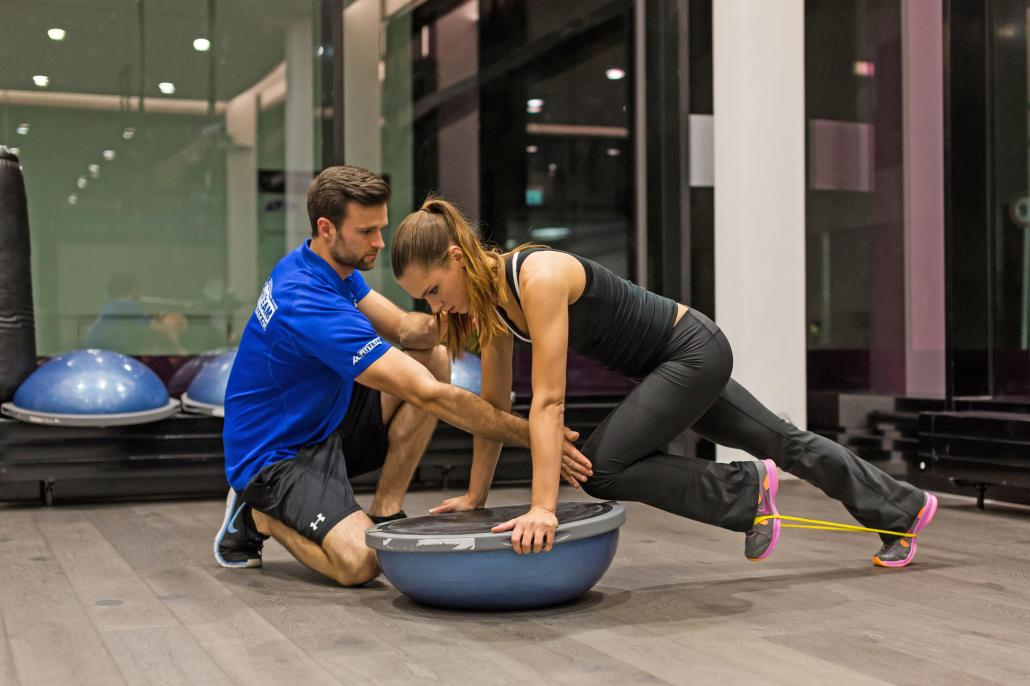 Beim Training stehen die erfahrenen Trainer den Sportlern zur Seite