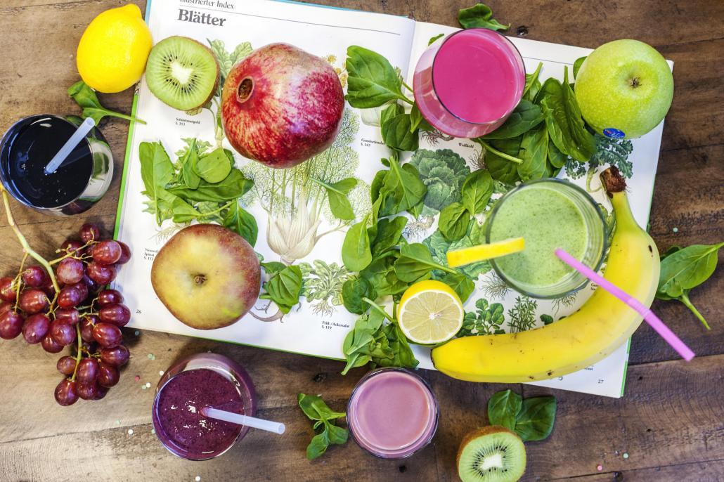 Leckere Smoothies aus Obst und Gemüse sind eine gesunde Erfrischung
