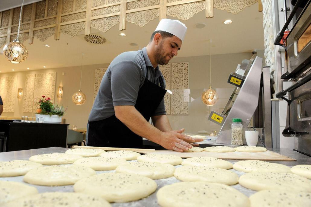Die Fladenbrote werden frisch und direkt vor den Augen der Gäste zubereitet, alle Speisen sind halal und auch ohne den Zusatz von Geschmacksverstärkern ein Genuss