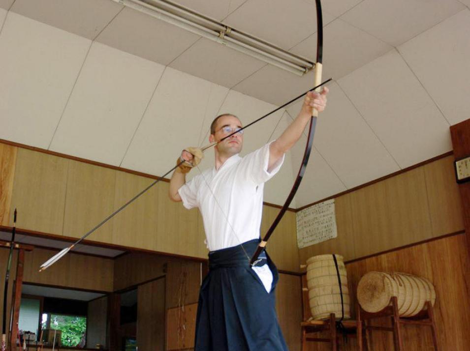 Hochkonzentriertes Bogenschießen beim Kyudo