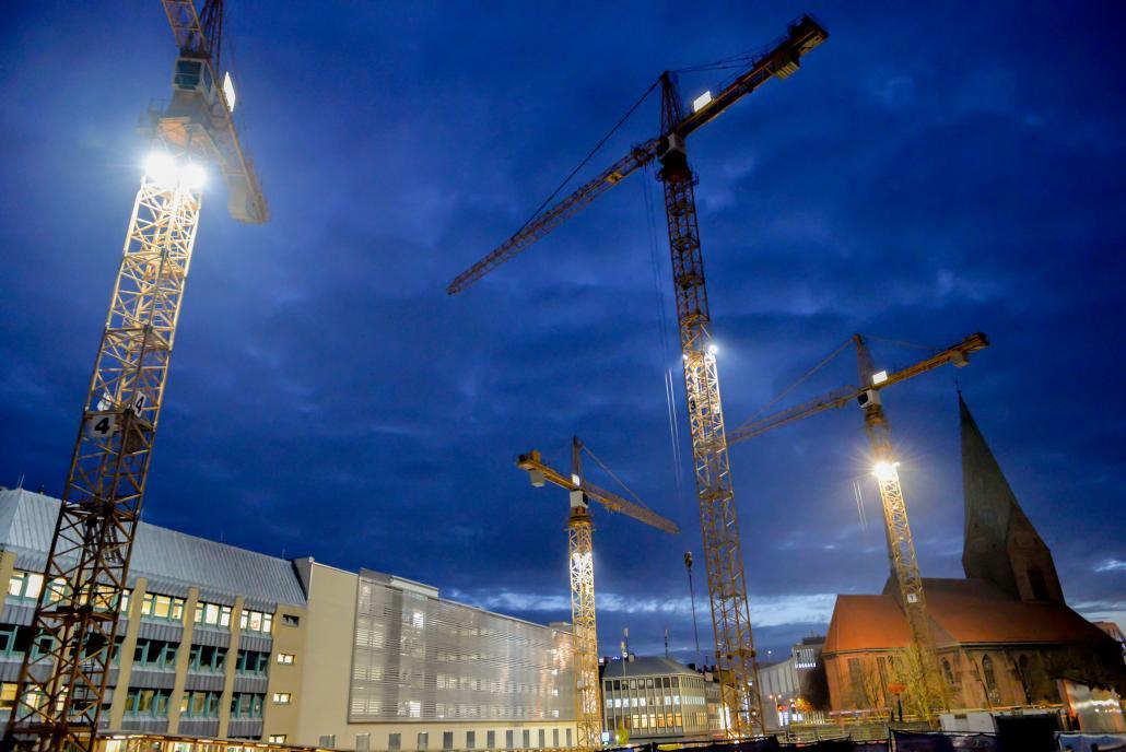 Teilnehmer der Stadtführung können sich über aktuelle Baustellen in Kiel informieren
