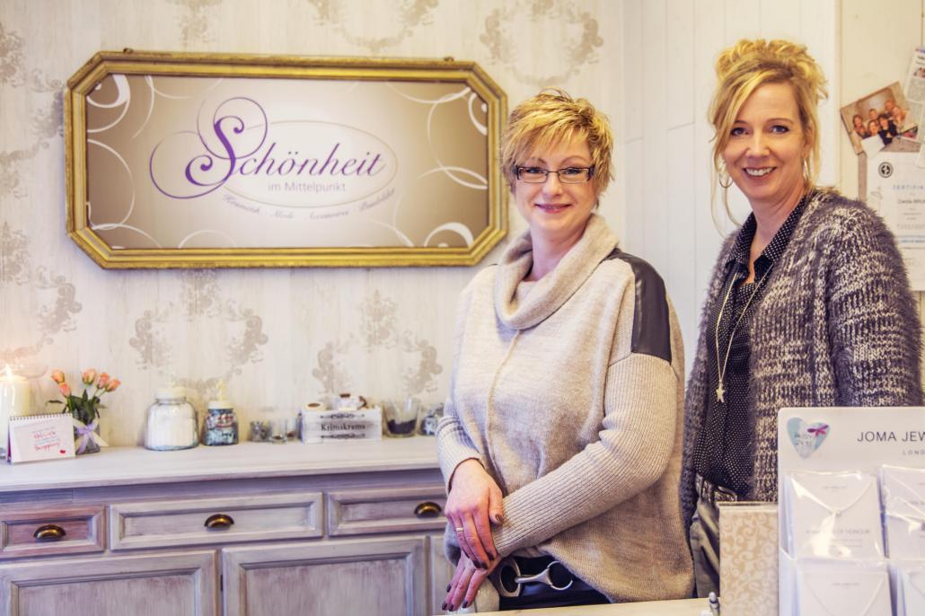 Angestellte Carola Bruns und Inhaberin Birgit Wepel (v. li.)
