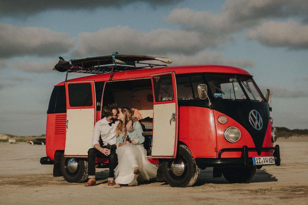 Brautpaare können den Hochzeitsbulli für einige Stunden oder auch für ein ganzes Wochenende mieten, zum Beispiel für eine Fahrt an den Strand