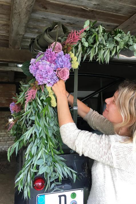 Mit viel Liebe zum Detail wird Blumenschmuck arrangiert