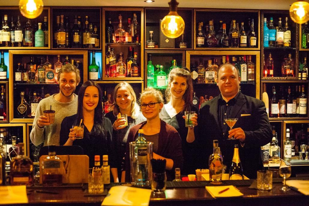 Die Redaktion präsentiert gemeinsam mit Barmeister Phillip Briceño (re.)die während des Workshops gemixten Drinks