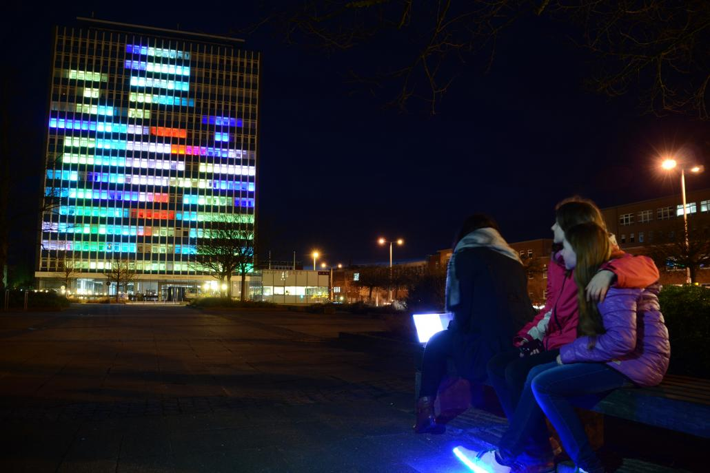 """Am 5. und 6. März zeigen rund 180 Studierende zum Abschluss des ersten Semesters ihres Informatikstudiums ihre eigens für das Hochhaus entwickelten Versionen des Computerspieleklassikers """"Breakout"""""""