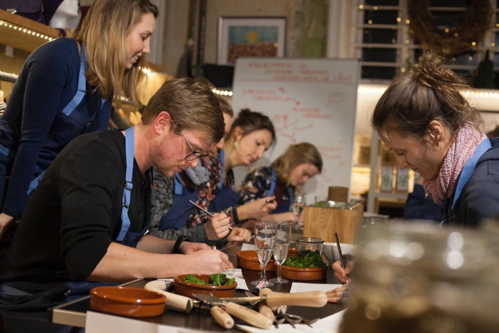 Janina (li.) schaut den Teilnehmern beimAnfertigen der Garten-Skizze über die Schulter