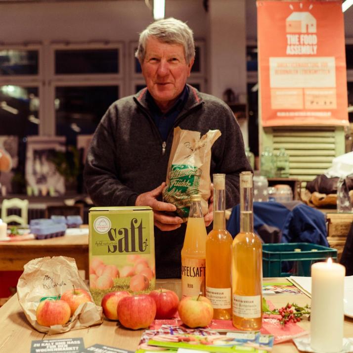 Ernst Schuster von der Obstquelle Schuster präsentiert einen Teil des Sortiments