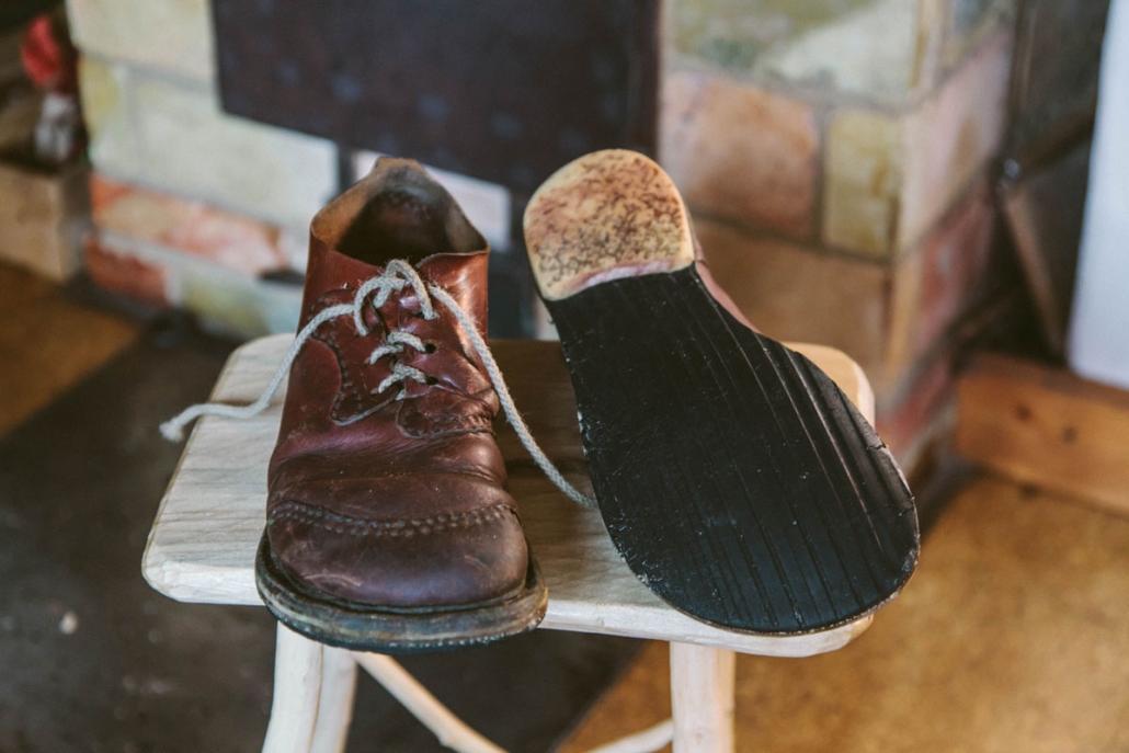 Diese Schuhe hat der Tüftler aus eineralten Aktentasche und einem geplatztenSchubkarrenreifen geschustert