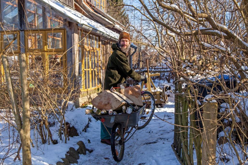 Christian Kuhtz nutzt regelmäßig sein Lastenrad, um zum Beispiel von einem Nachbarn Holz zu holen