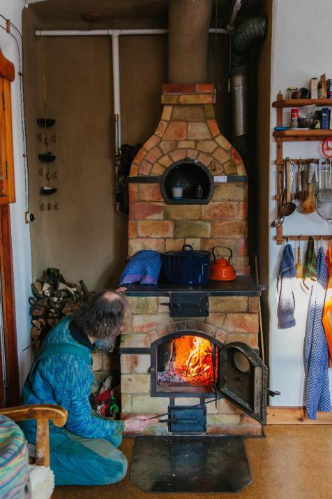 Den Ofen, der das gesamte Haus mit Wärmeversorgt, hat Kuhtz selbst gebaut