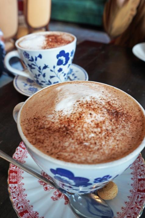 Nicht nur, wenn einmal wieder das Harry Potter-Quiz ansteht, ist Layouterin Nadja gern im Café Godot zu Gast