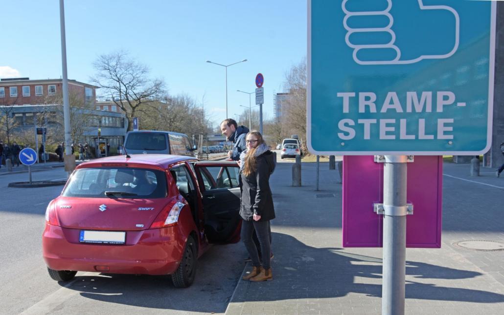 Franziska Dunkelmann und Maximilian Zuther testen eine der vier Trampstellen am CAU-Campus