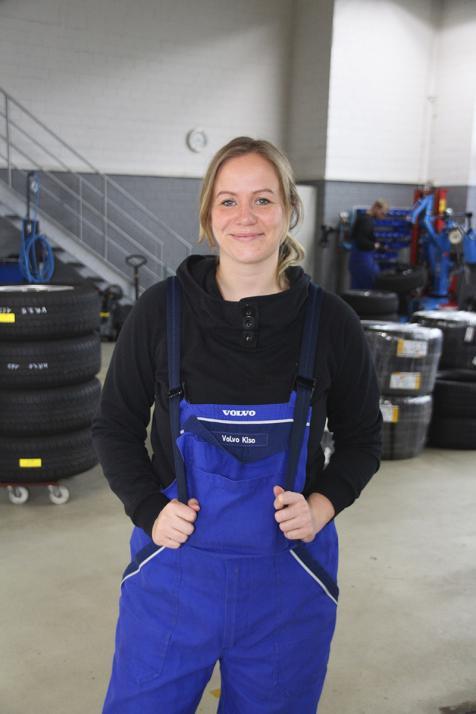 Mediaberaterin Gesa schnupperte bei Volvo Kiso in den Beruf des Kfz-Mechatronikers hinein – natürlich stilecht im Blaumann