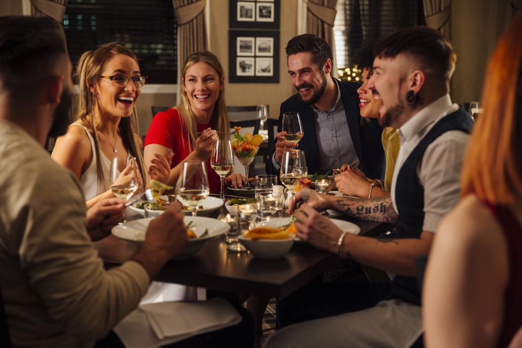 Essen in geselliger Runde – bei Rudi rockt gibt es nicht nur leckeres Essen, sondern man lernt auch neue Leute kennen
