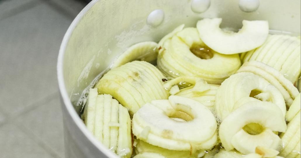 … in einem großen Kochtopf gekocht und zu Marmelade verarbeitet