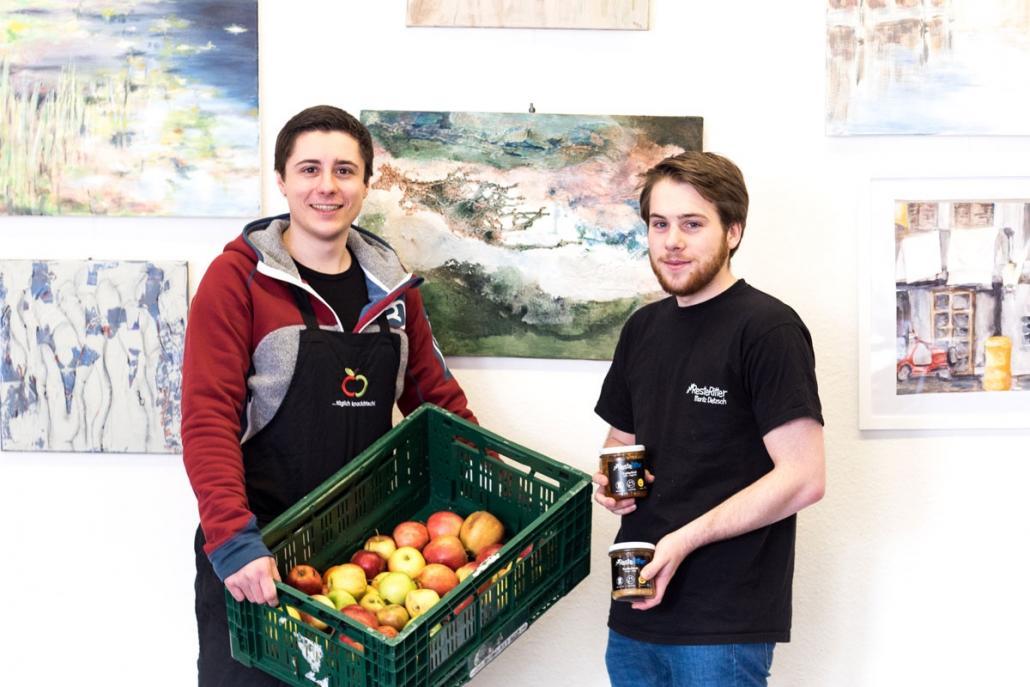 Nick Eßwein (li.) und Moritz Dietzsch stellen aus aussortierten Äpfeln leckere Marmeladen und Chutneys her – und das sogar für einen guten Zweck