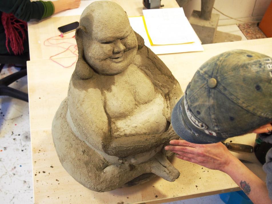 Neben Bildern und Leuchtobjekten werden auch handgemachte Skulpturen ausgestellt