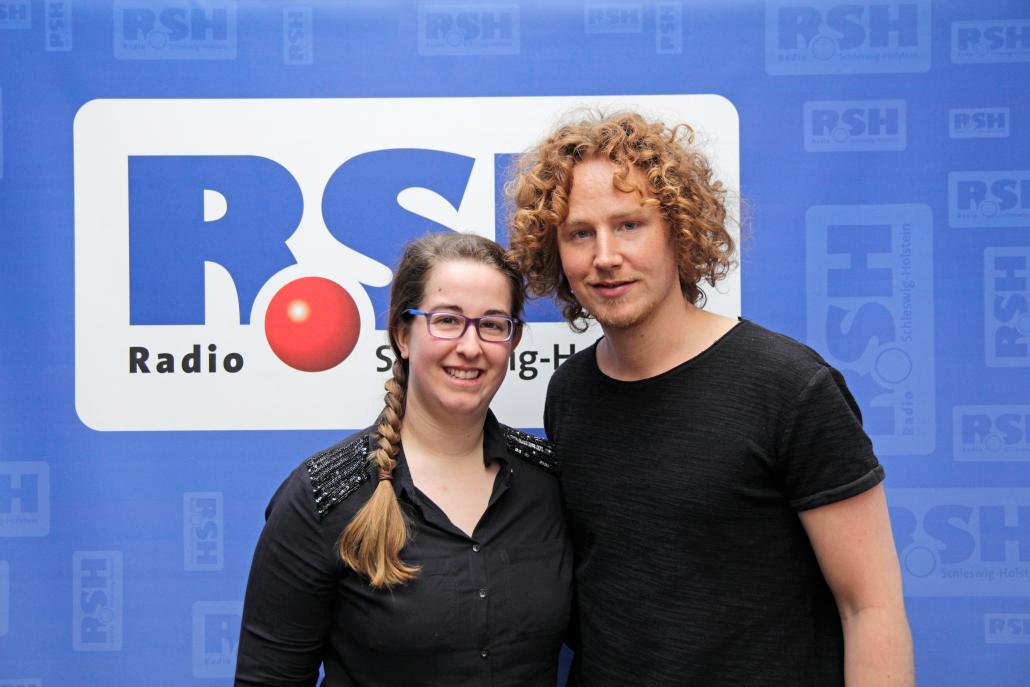 Redakteurin Mirjam Stein mit ESC-Kandidat Michael Schulte