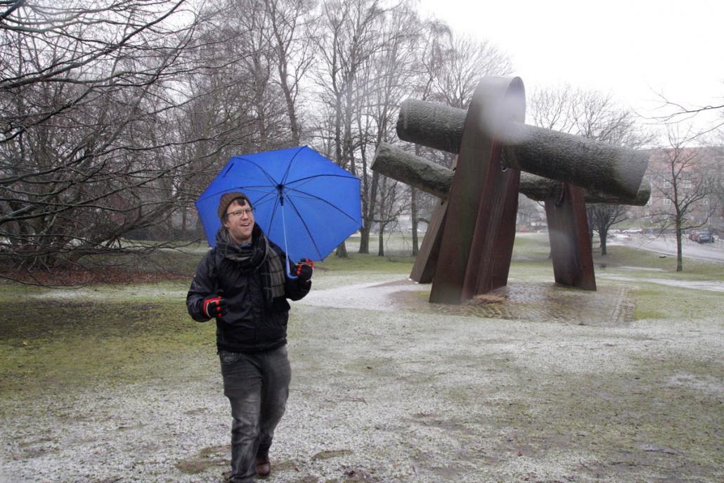 Kirk Wilson: Auf seinen Touren durch die Kieler Innenstadt ist er bewaffnet mit einem Regenschirm