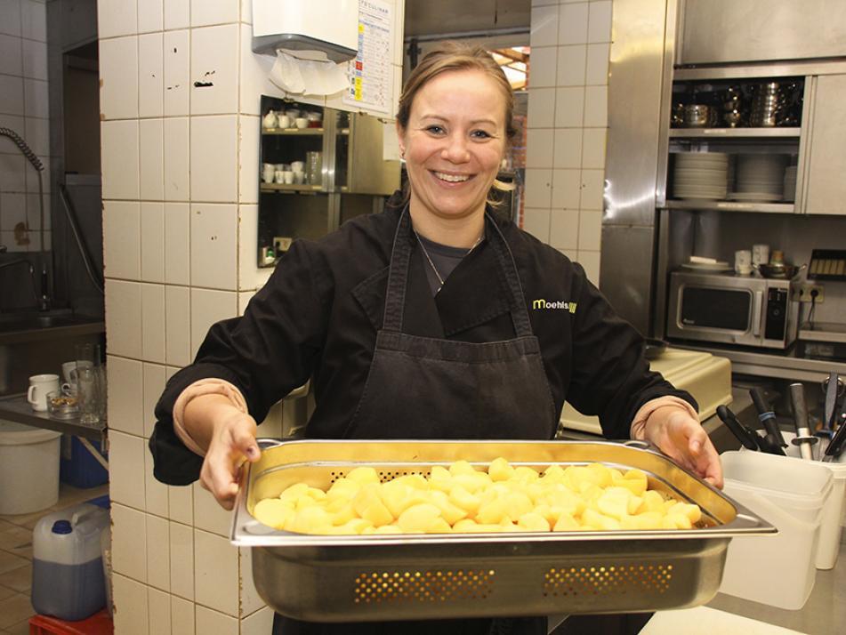 Mediaberaterin Gesa Butenschön war einen Tag lang als Koch-Praktikantin bei möhls gasthof in Jevenstedt aktiv
