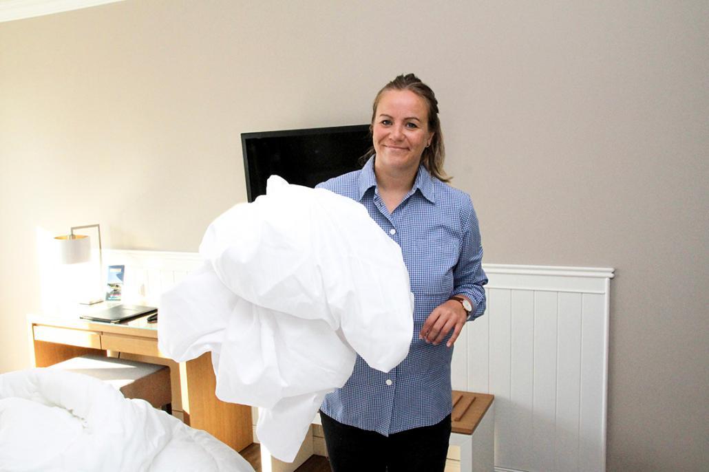 Nach Abreise werden die Betten frisch bezogen, um auch den nächsten Gästen angenehme Träume zu erfüllen