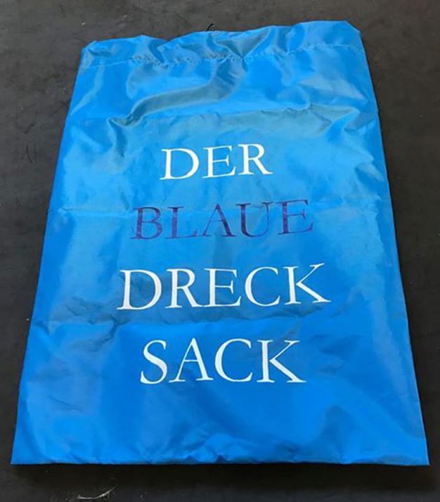 """Mithilfe des """"blauen Drecksacks"""" sollen die norddeutschen Strände ein Stück sauberer werden"""