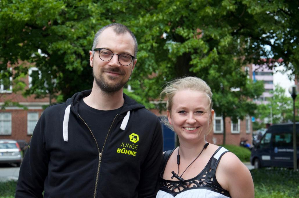 Projektkoordinator Christian Klengel und Moderatorin Alina Baeskow gehören zum festen Orga-Team der jungen Bühne