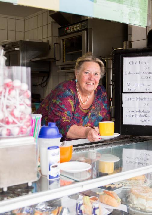 Ob auf der Suche nach einer Erfrischung, heißem Kaffee oder stärkenden Pommes – mit Inhaberin Elisabeth Hansen findet man am Surfkiosk auf jeden Fall ein Strande-Original