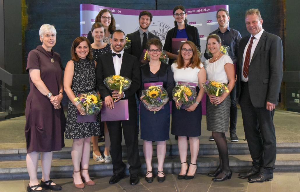 Die glücklichen Preisträger und -trägerinnen mit Anja Pistor-Hatam (CAU-Vizepräsidentin) und Lutz Kipp (CAU-Präsident)