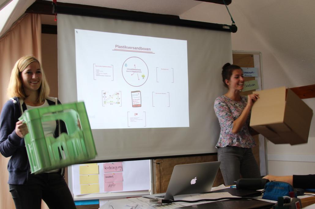 Schülerinnen präsentieren ihre innovativen Konzepte