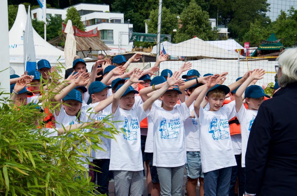 Die Schüler der Friedrich-Junge-Schule üben ihr Lied ein